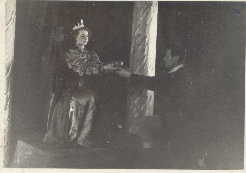 Scena zKrólewny Śnieżki.Wręczanie szkatułki zsercem Królewny złej Królowej.