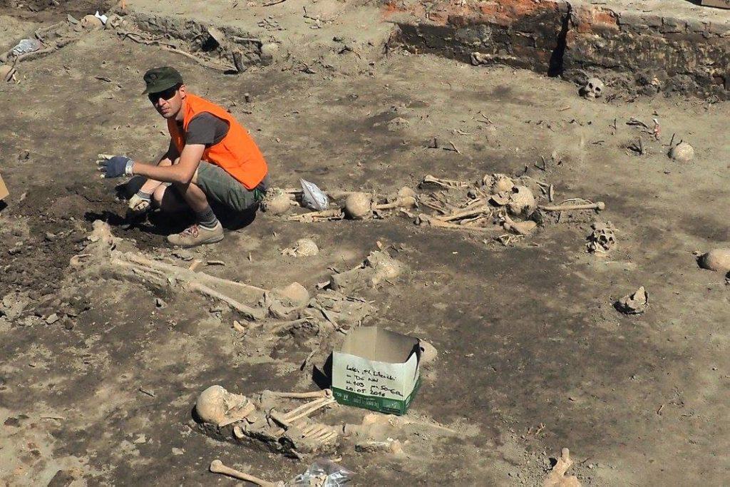 Szkielety nieopodal ruin cerkwi, fot.@MiastoLublin via Facebook